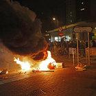 Hong Kong'da polis ve işportacılar birbirine girdi