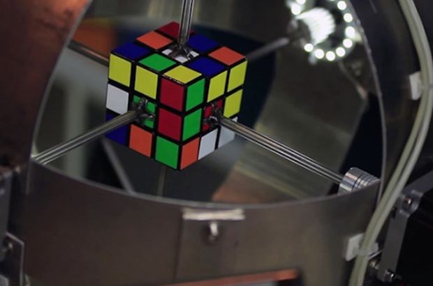 Rubik küpü 0.8 saniyede çözen robot