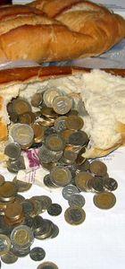 Dilencilikten elde ettiği parayı ekmeğin içinde sakladı