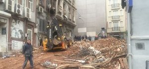 Beyoğlu'nda hasarlı binalar yıkıldı