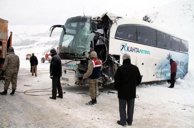 Erzincan'da yolcu otobüsü ile iş makinası çarpıştı