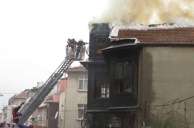Üsküdar'da 2 katlı ahşap binada yangın çıktı