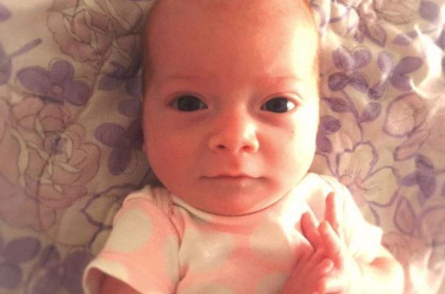 Aile bebeğin parmağında bir gariplik hissetti