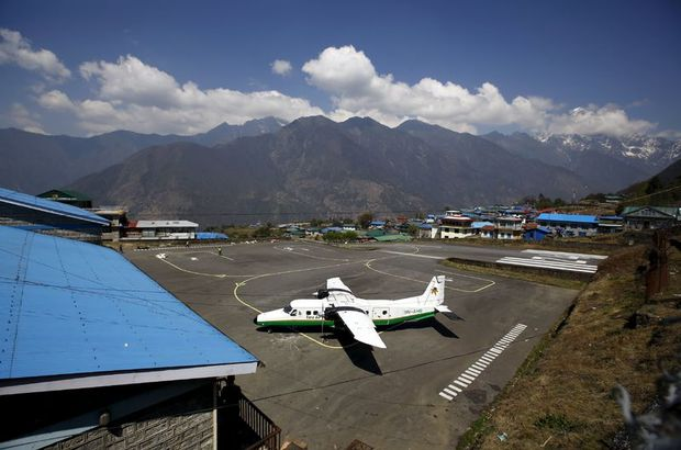 Nepal'de 11 kişi taşıyan küçük bir uçak düştü.