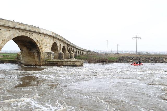 Ergene Nehri'ne atlayan genci su altında arayamıyorlar