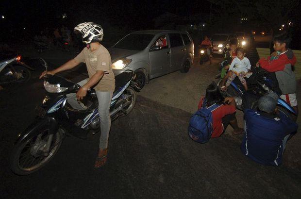 Endonezya'da 7.9 büyüklüğünde deprem meydana geldi