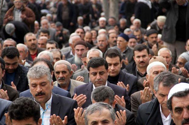 Demirtaş 2 bin kişiyle Cuma namazı kıldı