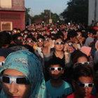 Endonezya'da 33 yıl aradan sonra tam Güneş tutulması gözleniyor