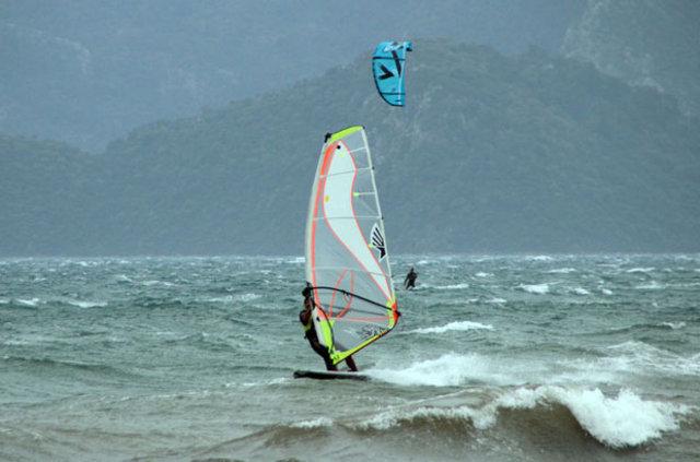 Muğla'da etkili rüzgar renkli görüntüler oluşturdu