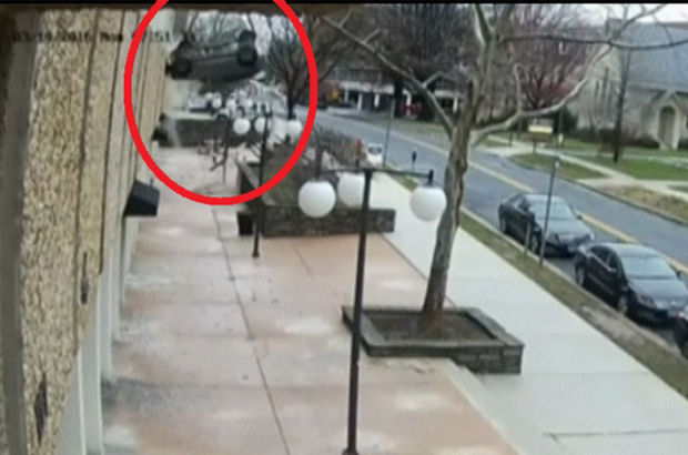 ABD'de bir otoparkın 4. katından otomobil düştü!