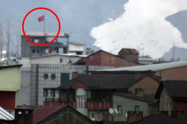 Güvenlik güçleri Yüksekova'da Eski Kışla Mahallesi'ne Türk bayrağı dikti