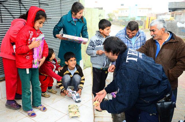 İdil'in terör mağduru çocuklarını oyuncaklar sevindirdi