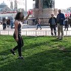 Bıçaklı genç kız, Taksim Meydanı'nı karıştırdı