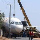 Hindistan'da bir uçak bahçenin duvarına düştü