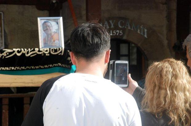Oğlunun cenaze namazını cep telefonundan izledi