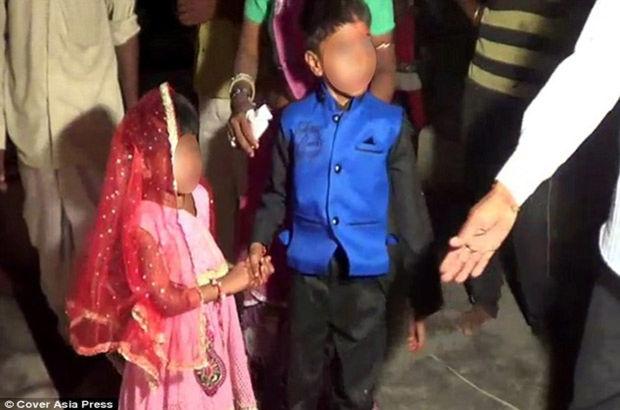 Hindistan'da çocuklara toplu düğün