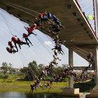 149 kişi aynı anda köprüden atladı!