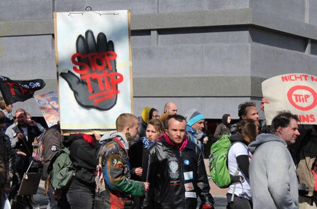 Obama Almanya'da protesto edildi