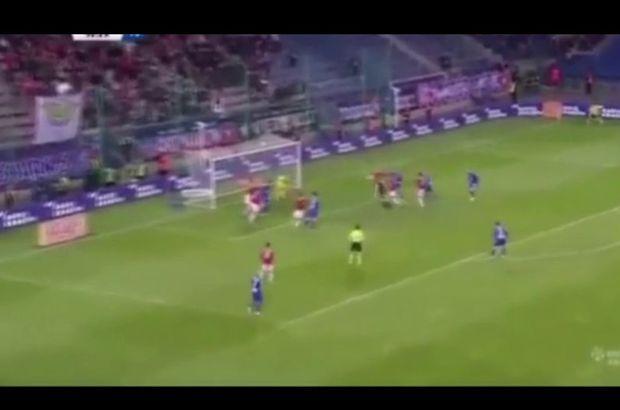 İspanya 3. Ligi'nde Socuellamos-Arenas takımları arasında oynanan mücadelede 30 metreden röveşatayla gol attılar