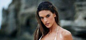 Alessandra Ambrosio kendi tasarladığı bikini modellerini tanıttı