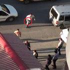 Polise davul tokmağı ile saldırdı!