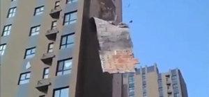 Çin'de bir binanın dış cepesi kağıt gibi söküldü