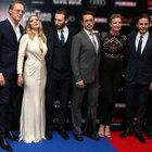 Chris Evans gözlerini Elizabeth Olsen'in dekoltesinden alamadı