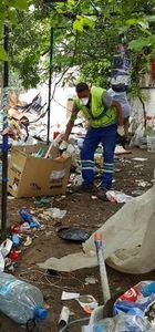 Balıkesir'de iki katlı evden 20 kamyon çöp çıkarıldı