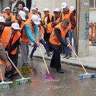 Niğde Belediye Başkanı Akdoğan elinde süpürge cadde yıkadı