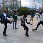 Başbakan Davutoğlu Varto'da 'kız tarafı' oldu, top koşturdu