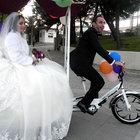 İstanbul'da üç tekerlekli bisikletle nikâha gittiler