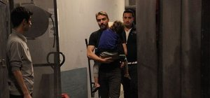 Caner Erkin oğlu Çınar'la 'Mal kabul' kapısından çıkarken görüntülendi