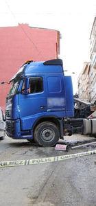 Esenler'de freni boşalan TIR binaya çarptı