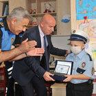 """Mersin'de lösemili çocuğa """"yılın polisi"""" sürprizi"""