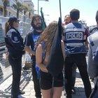 İzmir'deki çıplak göstericilerin gözaltıları sürüyor