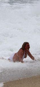 Alanya'da denize giren kadın turist dalgaların arasında kaldı