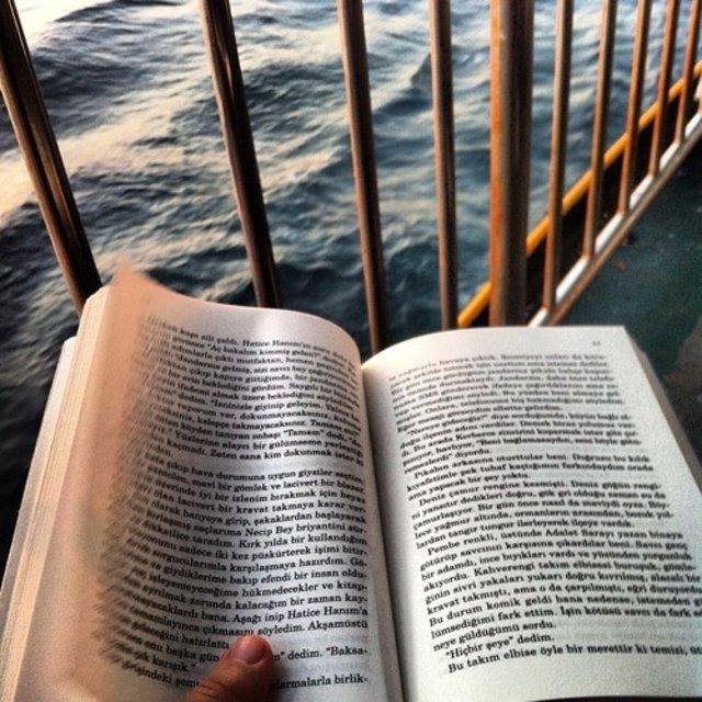 Karanlıkta okumak göze zarar verir mi?