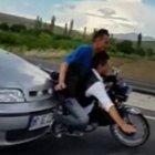 Aksaray'da otomobilin motosiklete vurma anı