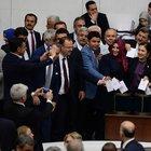Davutoğlu ve AK Partili vekillerin fotoğrafını CHP'li vekil çekti