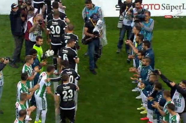 Süper Lig'de şampiyonluğunu ilan eden Beşiktaş, ligin son haftasında konuk olduğu Konyaspor futbolcuları tarafından alkışlandı.