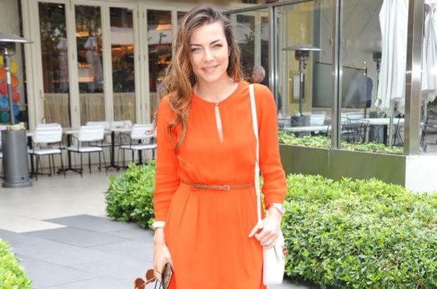 Burcu Kara turuncu elbisesiyle bütün bakışları üzerinde topladı