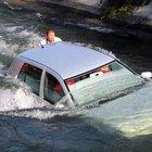 Muğla Fethiye'de su kanalına düşen otomobilde can pazarı