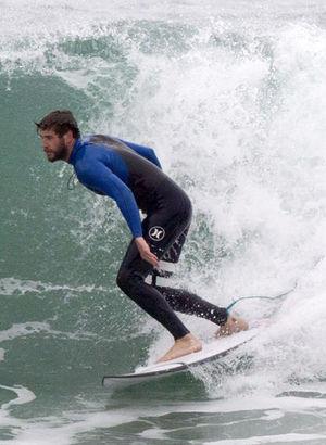 Liam Hemsworth sörf yaptı