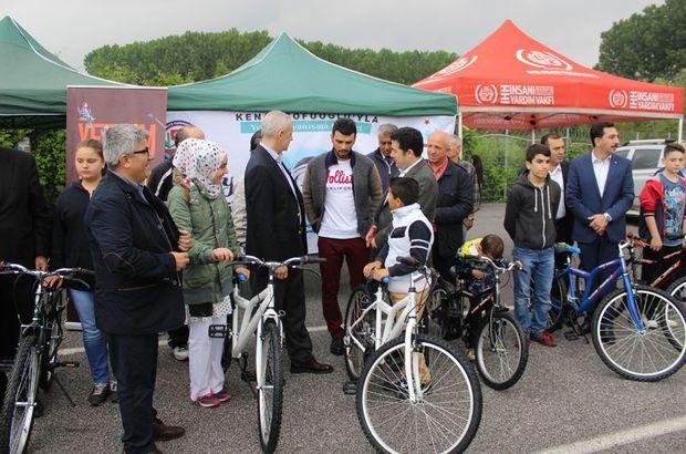 Kenan Sofuoğlu'ndan yetim çocuklara bisiklet