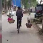 Çinli adam 2 çocuğunu böyle taşıdı!