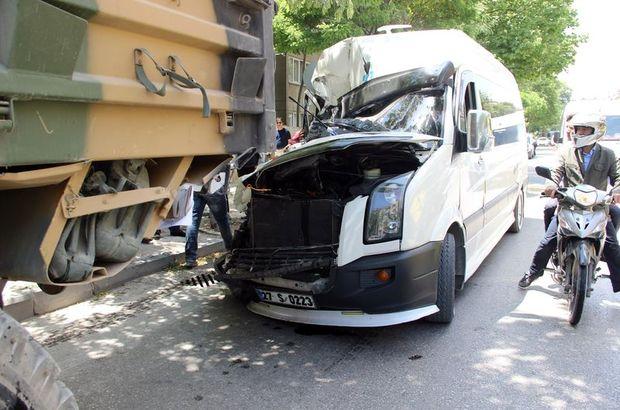 Gaziantep'te servis minibüsü askeri kamyona çarptı