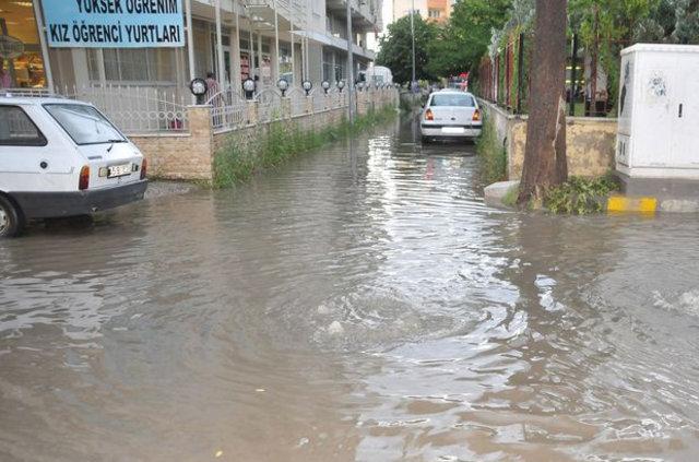 Manisa'da 35 dakikalık yağmur hayatı felç etti