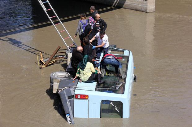 Amasya'da otomobille çarpışan midibüs ırmağa devrildi