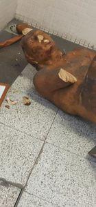 İzmir'de metro istasyonundaki heykele saldırı