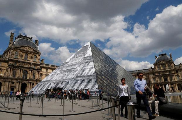Louvre'da şeffaf piramit